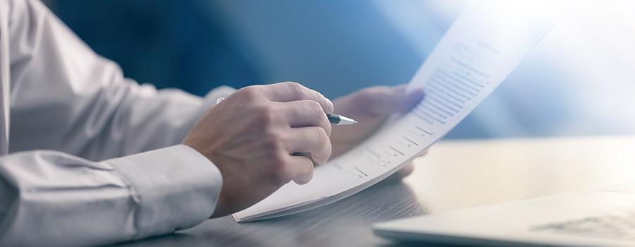 Rechtsanwalt hält Arbeitsrecht Zeugnis
