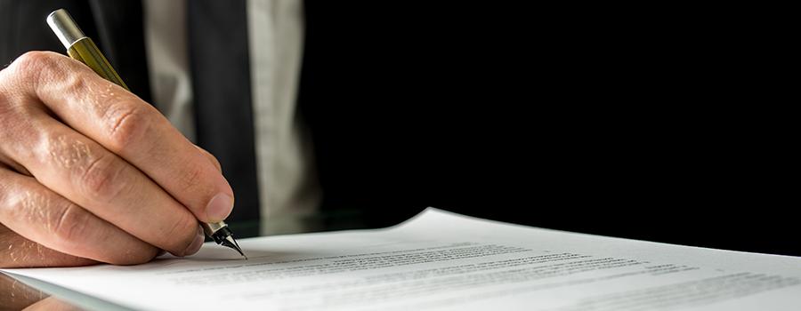 Rechtsanwalt unterzeichnet Erbrecht Testament